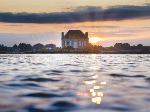 Coucher de soleil sur Saint-Cado et la maison aux volets bleus à Belz